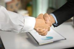 Gente di affari che stringe mano al coorperate ed affare nell'affare Immagini Stock