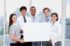 Gente di affari che tiene carta in bianco in ufficio Immagine Stock