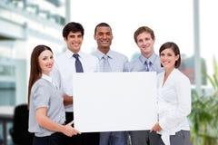 Gente di affari che tiene carta in bianco in ufficio Fotografia Stock Libera da Diritti