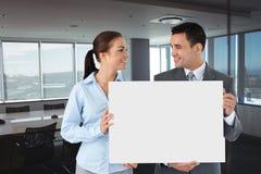 Gente di affari che tiene carta in bianco in ufficio Immagini Stock Libere da Diritti