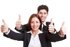 Gente di affari che tiene i pollici in su Fotografia Stock