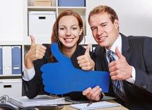 Gente di affari che tiene molti pollici fotografie stock