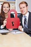 Gente di affari che tiene serratura fotografie stock
