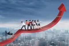 Gente di affari che tira grafico finanziario immagini stock