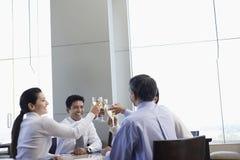Gente di affari che tosta i bicchieri di vino in ristorante Fotografia Stock Libera da Diritti