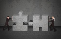 Gente di affari che unisce i pezzi di puzzle Fotografia Stock