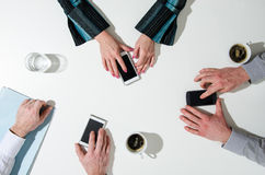 Gente di affari che usando il loro smatphone Immagini Stock