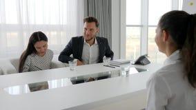 Gente di affari con acqua di vetro sulla tavola nell'auditorium, gruppo creativo stock footage