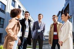 Gente di affari con i distintivi di conferenza in città Fotografie Stock Libere da Diritti