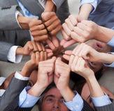 Gente di affari con i pollici in su che si trovano sul pavimento Immagine Stock Libera da Diritti