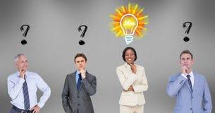 Gente di affari con i punti interrogativi e la lampadina sopraelevati Fotografia Stock Libera da Diritti