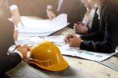 Gente di affari con il modello della costruzione Immagini Stock