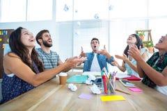 Gente di affari creativa che getta carta nell'aria Fotografia Stock