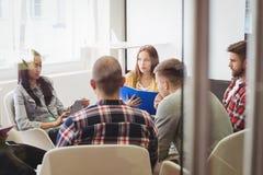 Gente di affari creativa nella sala riunioni immagini stock libere da diritti