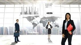 Gente di affari davanti ad una mappa di mondo stock footage
