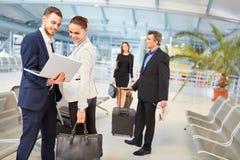 Gente di affari del gruppo sul viaggio di affari nell'aeroporto immagine stock libera da diritti