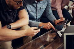 Gente di affari del gruppo tre riunita insieme discutendo il caffè moderno di idea creativa Colleghe che incontrano comunicazione Fotografie Stock Libere da Diritti