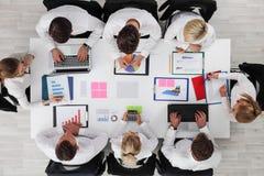 Gente di affari del lavoro con le statistiche fotografia stock libera da diritti