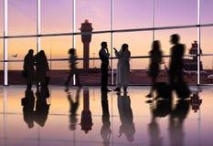 Gente di affari del mondo nell'aeroporto fotografia stock libera da diritti