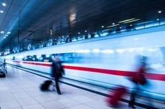 Gente di affari del movimento nella stazione ferroviaria di ora di punta Fotografie Stock Libere da Diritti