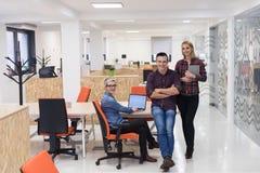 Gente di affari del ritratto del gruppo all'ufficio moderno Immagini Stock Libere da Diritti