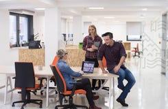 Gente di affari del ritratto del gruppo all'ufficio moderno Immagine Stock