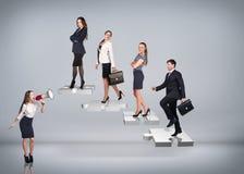 Gente di affari del supporto sulle scale di puzzle Immagini Stock