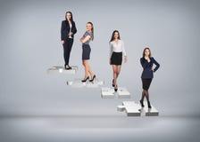 Gente di affari del supporto sulle scale di puzzle Fotografie Stock