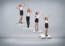 Gente di affari del supporto sulle scale di puzzle Fotografie Stock Libere da Diritti