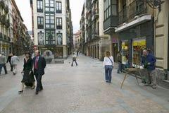 Gente di affari della presa della passeggiata come pitture del pittore a Bilbao (Bilbo), la costa del nord di ora di pranzo della Immagini Stock