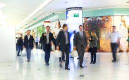 Gente di affari della sfuocatura commovente La gente che cammina in ora di punta Concetto di vita moderna e di affari Immagine Stock Libera da Diritti