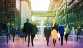 Gente di affari della sfuocatura commovente La gente che cammina in ora di punta Concetto di vita moderna e di affari Immagine Stock