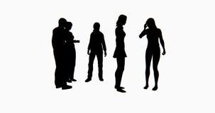 gente di affari della siluetta 4k che parla o che per mezzo dei telefoni cellulari illustrazione di stock