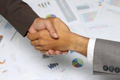 Gente di affari della stretta di mano, accordo di firma, grafico, grafici di affari, affare di successo Fotografia Stock