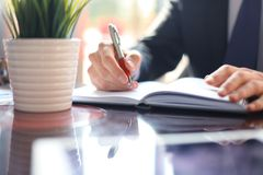 Gente di affari delle mani che funzionano con le carte alla riunione Fotografia Stock Libera da Diritti