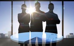 Gente di affari delle siluette con il diagramma a torta Fotografia Stock Libera da Diritti