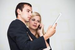 Gente di affari di comunicazione su mezzi mobili Fotografie Stock