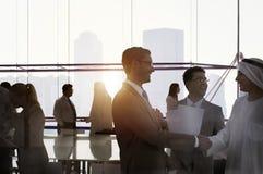 Gente di affari di discussione della siluetta di paesaggio urbano Team Con di riunione Immagine Stock