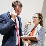 Gente di affari di discussione di telecomunicazione Concep del telefono cellulare Fotografie Stock