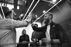 Gente di affari di lavoro di squadra mani di cooperazione delle alte cinque Fotografia Stock Libera da Diritti
