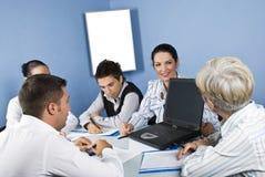 Gente di affari di riunione che per mezzo del computer portatile Fotografie Stock