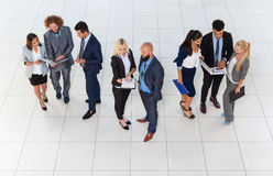 Gente di affari di riunione dei gruppi che discute piano che comunica, vista di progetto del documento di angolo superiore di con Fotografia Stock