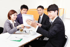 Gente di affari di riunione dei gruppi con il touchpad Fotografie Stock Libere da Diritti