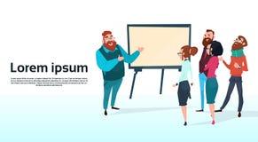 Gente di affari di Team With Flip Chart Seminar di addestramento di conferenza di 'brainstorming' del grafico finanziario di pres Fotografia Stock