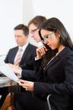 Gente di affari durante la riunione nell'ufficio Fotografia Stock Libera da Diritti