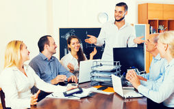 Gente di affari durante la teleconferenza immagine stock