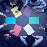 Gente di affari e carta di colore Fotografia Stock Libera da Diritti