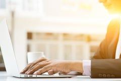 Gente di affari e computer portatile Immagini Stock Libere da Diritti