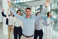 Gente di affari e personale felici in ufficio moderno, societ? della societ? del representig fotografia stock