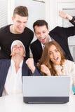 Gente di affari emozionante felice che vince online esame del computer portatile c Immagini Stock Libere da Diritti